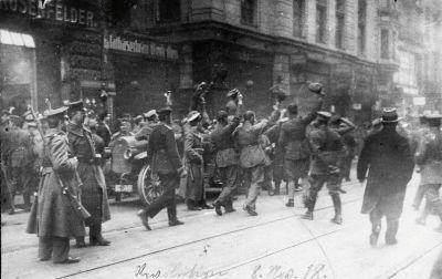 Jubelnde Soldaten am 8. November 1918 vor dem Mathäserbräu, Bayerische Staatsbibliothek, Sign. Hoff-5123. © Bayerische Staatsbibliothek