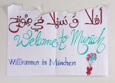 Schild zur Begrüßung von Geflüchteten,  Abgabe der Münchner Flüchtlingshilfe 2015, Papier © Münchner Stadtmuseum