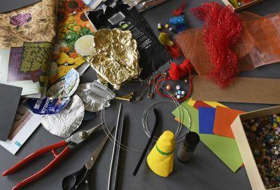 Mit Recyclingmaterialien und einfachen Techniken gestalten wir kreative Anstecker im Atelier © Museumspädagogisches Zentrum