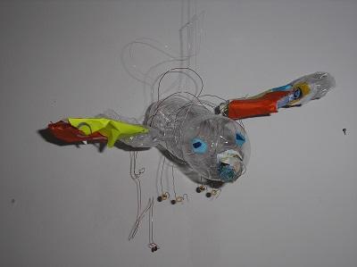 Im Atelier entstehen kreative Objekte aus Recyclingmaterial. © Museumspädagogisches Zentrum München