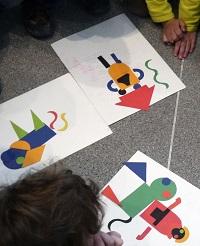 In einem Legespiel kreieren die Kinder selbst fantasievolle Tiere. © Museumspädagogisches Zentrum, München