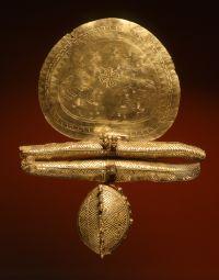 Goldene Scheibenfibel, aus Vulci, 675–650 v. Chr. : Staatliche Antikensammlungen und Glyptothek München, fotografiert von Renate Kühling