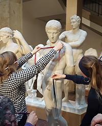 Bänder verdeutlichen die Körperhaltung einer griechischen Skulptur. © Museumspädagogisches Zentrum München