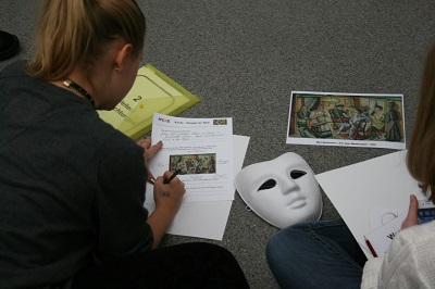 Teams recherchieren, um dann in der Expertenrunde ihre Ergebnisse vorzustellen. © Museumspädagogisches Zentrum, München