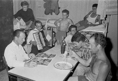 Rudi Dix, Italienische Gastarbeiter in Baracken, 1963, Fotografie © Stadtarchiv München